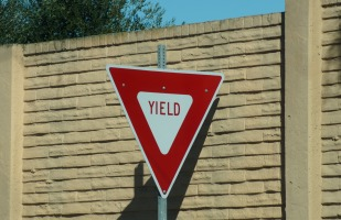 a yield sign in a city street.
